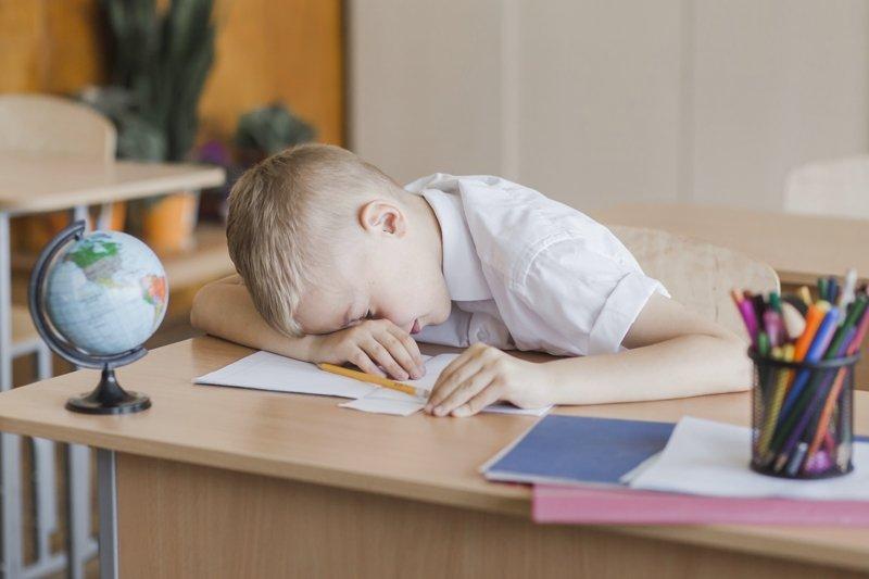ученик спит на парте