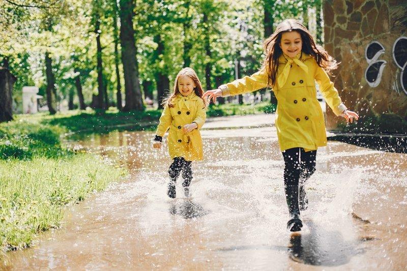 дети бегают по луже