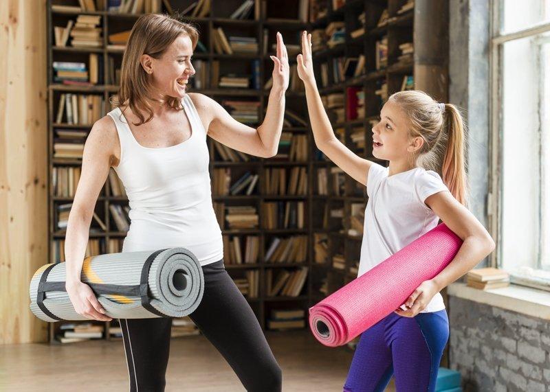 мама и дочка занимаются фитнесом
