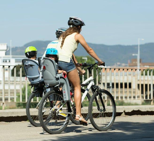 катаются на велосипедах