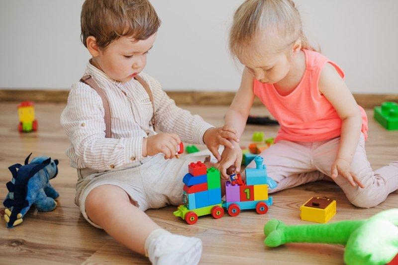 дети играют в игрушки