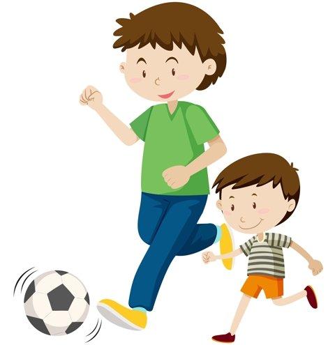 папа с сыном играют в футбол